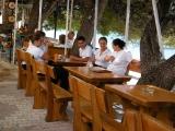 Místní číšníci a servírky v Tučepi