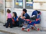 Před tržnicí žebrají i děti