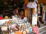 Obchody s turistickým zbožím v centru Mostaru