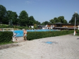 Pohled na plavecký bazén a šatny na Tyršově koupališti ve Dvoře Králové nad Labem